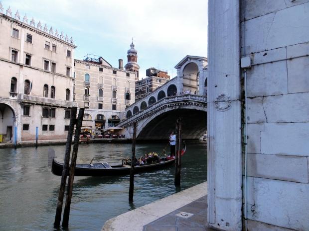 Typisch Venedig: Gondel und Rialto Brücke